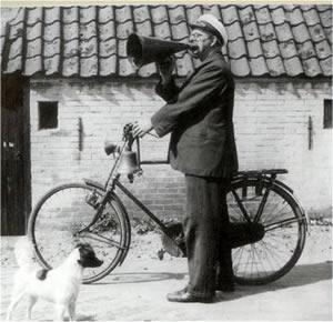 Bij gebrek aan een porder wordt ook wel gebruik gemaakt van de dorps- of stadsomroeper.